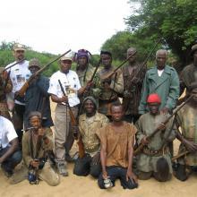Groupe de chasseurs de kiniébakoro surveillant la zone de frayeur des poissons.