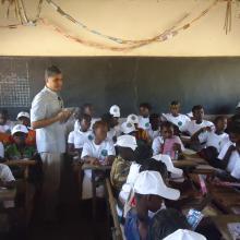 Séance d'éducation environnementale avec les élèves de l'école primaire de la localité par l'OSS