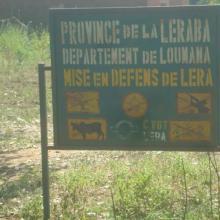 Photo 3 : Panneau de signalisation de la mise en défens du village de Léra compris dans les limites du site