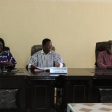 Vue du présidium composé des autorités des 2 régions administratives du corridor lors de l'atelier de restitution et d'appropriation du processus par les acteurs du niveau régional à Dédougou le 21 septembre 2017. On y aperçoit le Chef d'Antenne du Projet EBA/FEM initiateur du processus à la droite