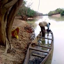 Photo 1: Un pêcheur apprêtant son embarquement sur le fleuve Mouhoun