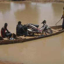 Photo 7: Transport sur la portion du fleuve dans la forêt de Kari (commune de Tchériba)