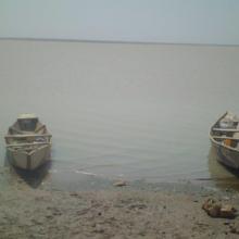 Vue du barrage avec des pirogues de pêcheurs