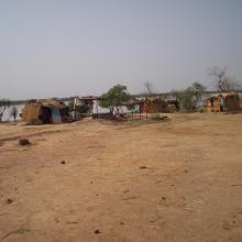 Campement e pêcheurs au bord du lac Magui