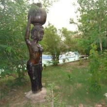 Photo 5 : Valorisation artistique du bois mort dans le campement de chass