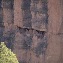 Valeurs culturelles : Grenier ancestral, suspendu dans une falaise