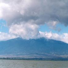 Al pie del Parque Nacional Volcán Nevado de Colima se localiza el tercer Sitio Ramsar de Jalisco, comprendido en los municipios de Zapotlán y Gómez Farías, a 130 kilómetros de la ciudad occidental de Guadalajara.