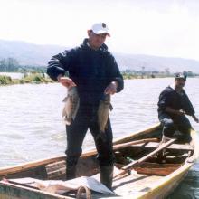 Con artes de pesca simples, como las redes agalleras de 50 metros de longitud, los pescadores de la región capturan tilapias de 20 centímetros y carpas de 30 centímetros en promedio, producción que se distribuye en mercados de Colima y Guadalajara.